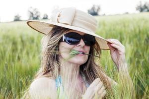 portret van elegante dame in een tarweveld