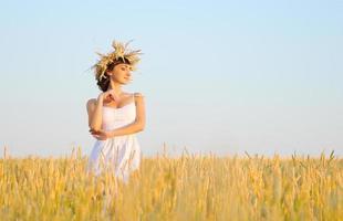 vrouw op tarweveld