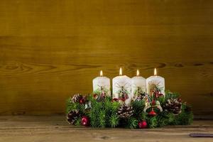 rustieke komstkroon of kroon met vier brandende witte kaarsen.