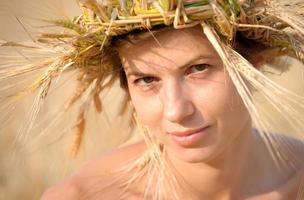 vrouw op gebied van tarwe