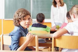 jonge student in een klaslokaal foto