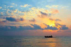 vissers die bij zonsopgang op een boot naar huis terugkeren