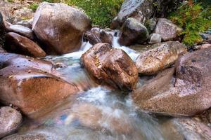 enorme rotsblokken in een bergstroom