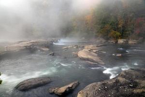 de Tygart-rivier stroomt over rotsen bij Valley Falls State
