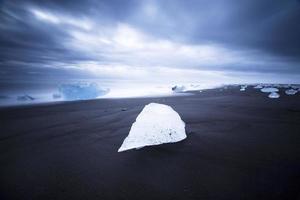 ijsberg op het strand, ijsland