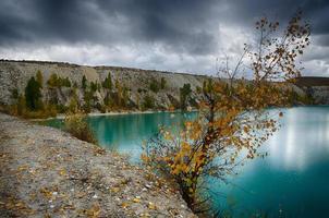 turkoois meer met bomen die op de hellingen groeien