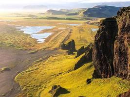 kustlijn van IJsland tijdens zonsondergang. dyrholey, IJsland