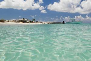 afbeelding van een zeilboot bij een strand.