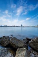 keulen cityskyline met kathedraal aan de steenachtige oever van de Rijn