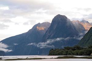 zonsopkomst hoge berg gletsjer in milford sound, nieuw-zeeland