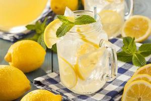 zelfgemaakte verfrissende gele limonade