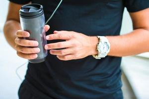 close-up slimme horloge hartslagmeter en een fles water