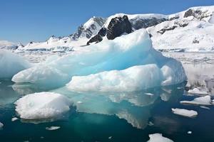 blauw bevroren met zijn weerspiegeling foto