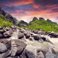 startende rivier vanaf de gletsjer foto