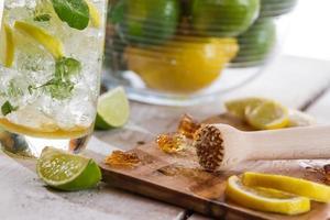 close-up van ingrediënten voor koude citrusdrank