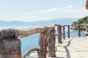 oud houten terras op het strand