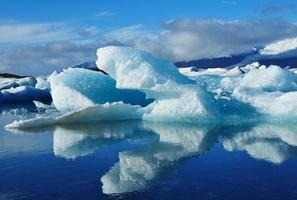 blauwe ijsberg in de lagune van jokulsarlon, ijsland