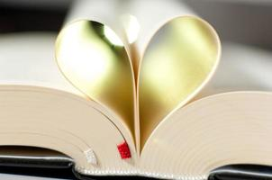 pagina's van een bijbel gebogen in een hartvorm