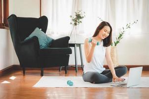 Aziatische vrouw uit te werken vanuit huis foto