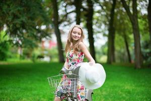 jong meisje brengt haar tijd door op het platteland