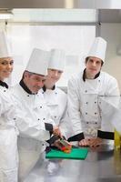 chef-kok leert groenten te snijden
