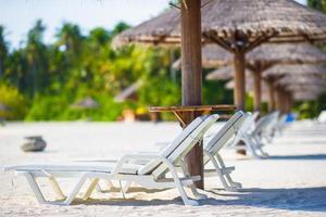 houten strandstoelen voor vakanties op tropisch strand