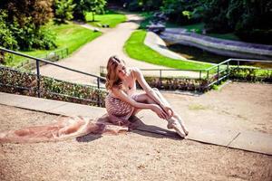 ballerina in het park dat punten draagt foto