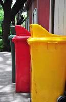 prullenbakken in verschillende kleuren foto