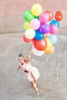 mooie dame met een heleboel ballonnen