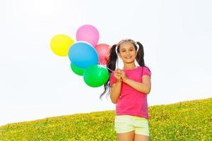 gelukkig meisje met vliegende ballonnen in de lucht