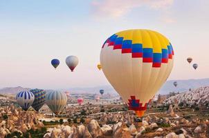 hete luchtballon die over cappadocia turkije vliegt
