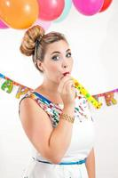 jonge vrouw op een feestje foto