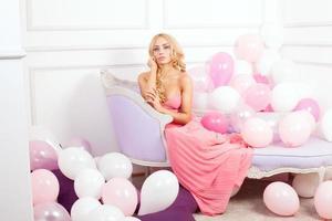 romantische blonde vrouw poseren foto