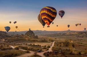 luchtfoto van hete lucht ballonnen zwevend in de lucht in de schemering foto