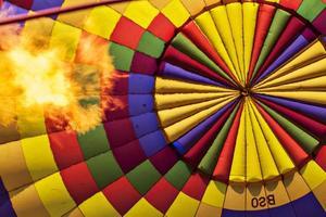 heteluchtballonnen over liefdesvallei, cappadocia, kalkoenen foto