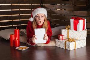 gelukkig jong meisje met kerstcadeautjes foto