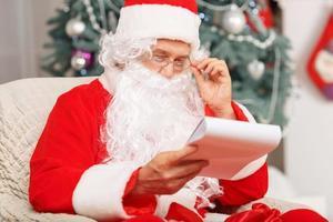 Kerstman zittend in de fauteuil foto