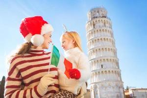 moeder en dochter die Italiaanse vlag houden. kerstmis in pisa