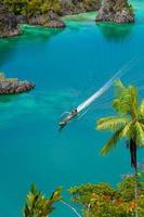 boot die rond kleine groene eilanden vaart die tot het fam-eiland behoren foto