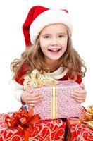 gelukkig schattig klein meisje met kerst geschenkdozen foto