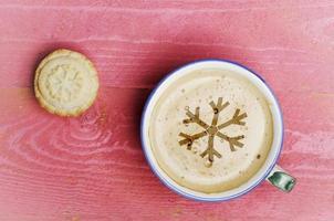 kopje koffie latte en gehakt taart op roze