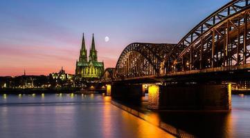 zonsondergang bij keulen stad met kathedraal en hohenzollern-brug