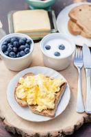 ontbijt in de tuin: roerei op toast en yoghurt