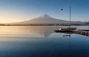 mount fuji in de vroege ochtend met reflectie