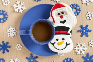 kopje warme chocolademelk en koekjes