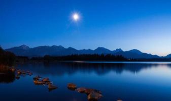 maanlicht bij het meer van Hopfen foto