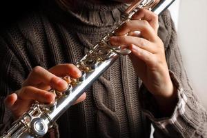 meisje speelt fluit foto