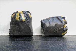 twee zwarte vuilniszakken foto