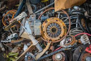 onderdelen stapel oude auto's