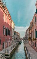schilderachtige waterkanaal onder blauwe hemel overdag foto